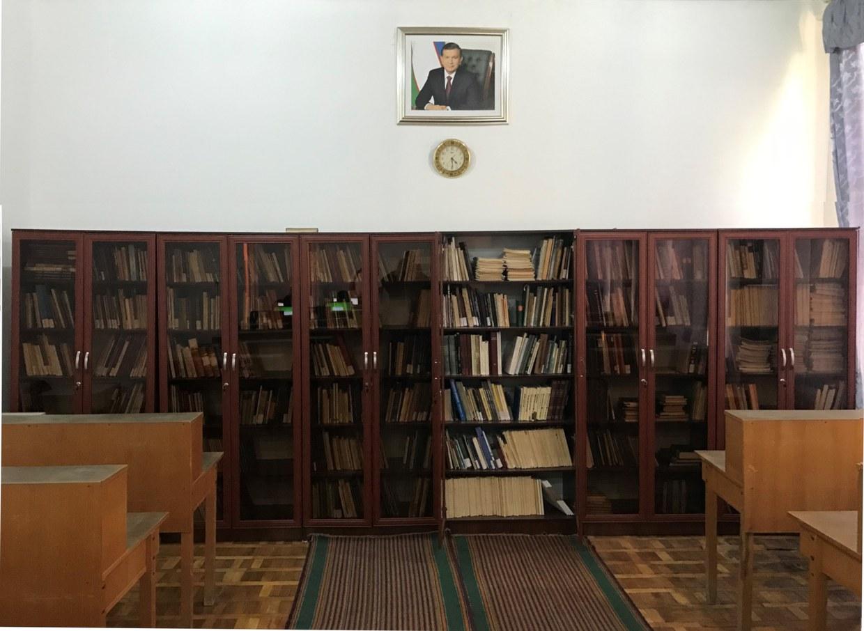 Foto delle librerie e degli arredi della sala lettura della biblioteca