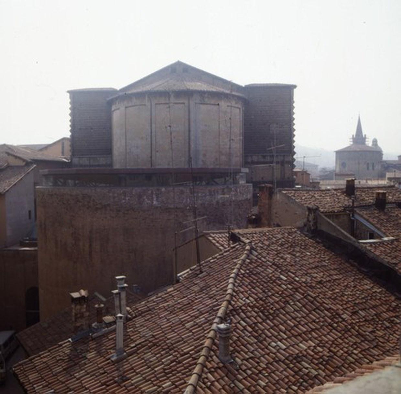 Fotografia delle due absidi della ex chiesa di santa lucia. In primo piano l'abside incompiuta, che è divenuta una sala polivalente