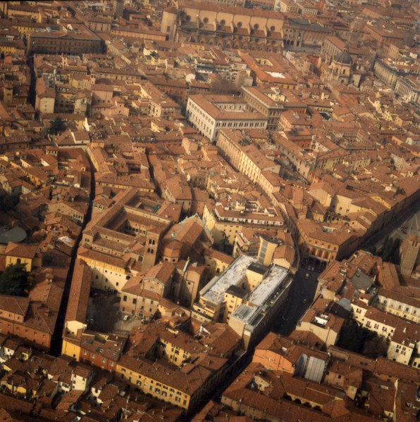 Fotografia della veduta aerea del complesso di san giovanni in monte