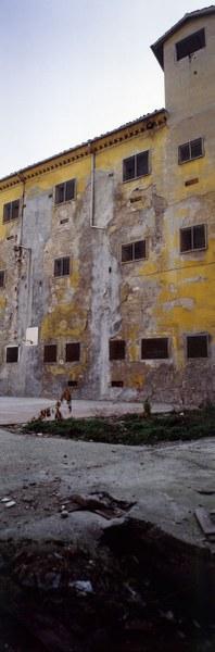 Fotografia del cortile del noviziato noviziato con una torretta di guardia in cima all'edificio