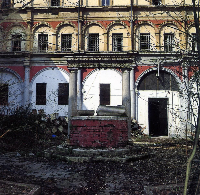 Fotografia che ritrae lo stato di degrado del chiostro grande prima dei restauri