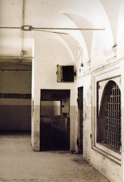 Fotografia del loggiato superiore del chiuostro grande prima dei lavori di restauro