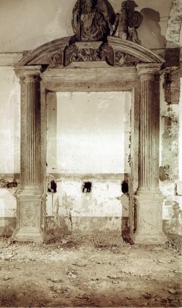 Fotografia del portale sito nella sala del riscaldamento, prima dei restauri