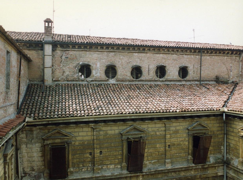 Fotografia che ritrae lo stato dei tetti su un lato del chiostro piccolo prima dei restauri