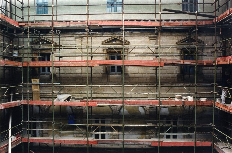 Fotografia dei ponteggi per il restauro del chiostro piccolo