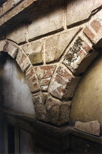 Fotografia di un particolare dell'architettura alla rustica del chiostro piccolo
