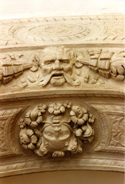 Fotografia di un particolare delle decorazioni in arenaria restaurate